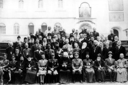 Монахи Псковско-Печерского монастыря с немецкими офицерами.